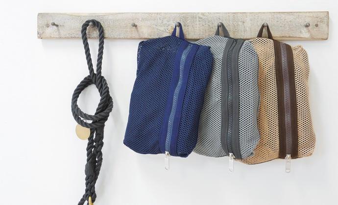 メッシュのドッグスリングは壁にもかけることができます