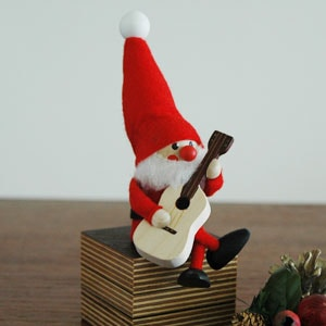 サンタクロースとギター,エストニアのハンドクラフトのサンタクロースのオブジェ,置物,北欧エストニア,北欧雑貨,北欧インテリア,北欧ギフト