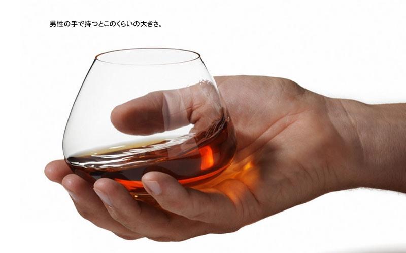 Cognac Glassコニャックグラスを持ったところ(normannCOPENHAGENノーマンコペンハーゲン)