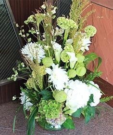 涼やかな印象の花々を伸びやかにアレンジしました。 - 白磁 ~ hakuji ~ こだわりアレンジメント Special  size