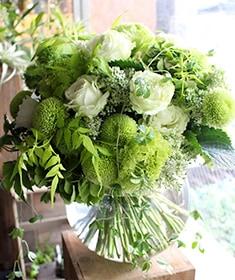 ラグジュアリーの王道ホワイト&グリーン。上質でトレンドのバラをたっぷりと使ったガラスボールアレンジ。桃白磁 ~ momohakuji