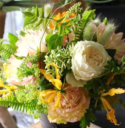 ご命日の花 故人の亡くなった月日「祥月命日(しょうつきめいにち)」にお贈りする供花 お悔やみ・お供えに送る花