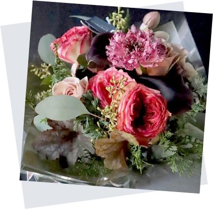 母の日のフラワーアレンジ mothers day 朱聖 Akehijiri 人気のローズに森の香りがするコニファーを添えて イメージ