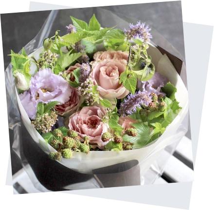 母の日のフラワーアレンジ mothers day 薄香 Usukou バラと夏の花 〜 暑い季節にも花もちが良い品種のバラと旬の花やハーブを合わせたブーケ [ 花束 M size ] イメージ