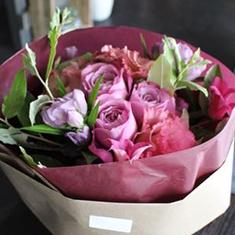 薄紅紫 〜usubenimurasaki〜 [生花の特選花束 S size]艶やかでエレガントな上品さのバラの花束。定番の人気のライフデコのフラワーギフト