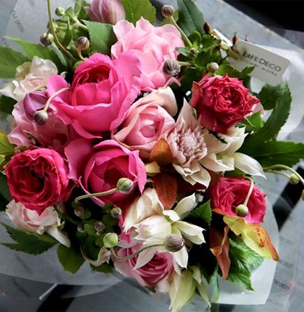 生花のアレンジメント 白玖 ~スタイリッシュの代名詞「カラーリリィ」を入れた純白ブーケ ライフデコの一年の感謝を込めた冬のお花の贈り物