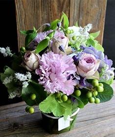 白菫 ~ 生命力溢れるシャビーシックなアレンジを、エレガントな季節のお薦め花材とリーフ花器で ライフデコの冬のお花の贈り物
