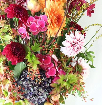 生花のアレンジメント 紅〜kurenai〜[アレンジメント Special]人気のダリアをメイン高級花とされるコチョウラン添え ライフデコの一年の感謝を込めた冬のお花の贈り物