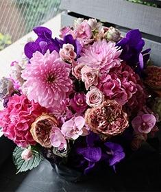 胡桃染 ~人気のバラをたくさん!季節のお花を添えてアレンジ ~ [アレンジメント 2L size] ライフデコのウィンターフラワーギフト