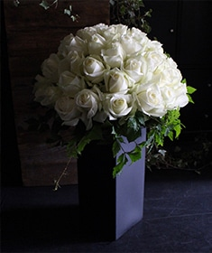 白磁 ~涼やかな印象の花々を伸びやかにアレンジ ~   [ アレンジメント Special ] ライフデコの一年の感謝を込めた冬のお花の贈り物 お歳暮にも