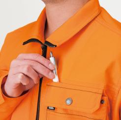 寅壱 長袖ブルゾン3940-124の胸ポケットにペンをしまう写真