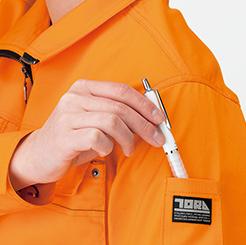 寅壱 長袖ブルゾン3940-124の腕ポケットにペンをしまう写真