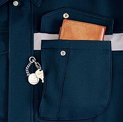 左胸二重ポケット(便利なファスナー付)