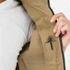 ストレッチブルゾン ERX2074 の胸ポケットにペンをしまう写真