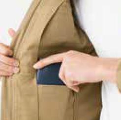ストレッチブルゾン ERX2074 の腕ポケットにペンをしまう写真