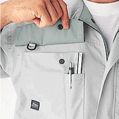 右胸ポケットはペン差し・三角スケールポケット付き。