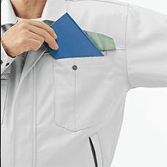 左胸ポケットは便利なペン差しとの二重ポケット仕様です。