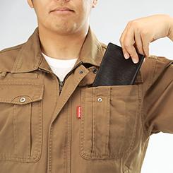 大きくてプリーツも付いた胸のポケットはたっぷりの収納力。
