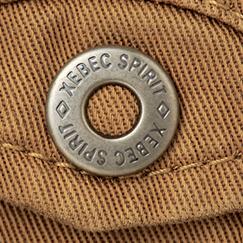 オリジナル金属ボタンとステッチには太番手の糸を仕様。