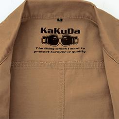 裏の衿下には「KaKuDaブランド」のロゴをプリント。
