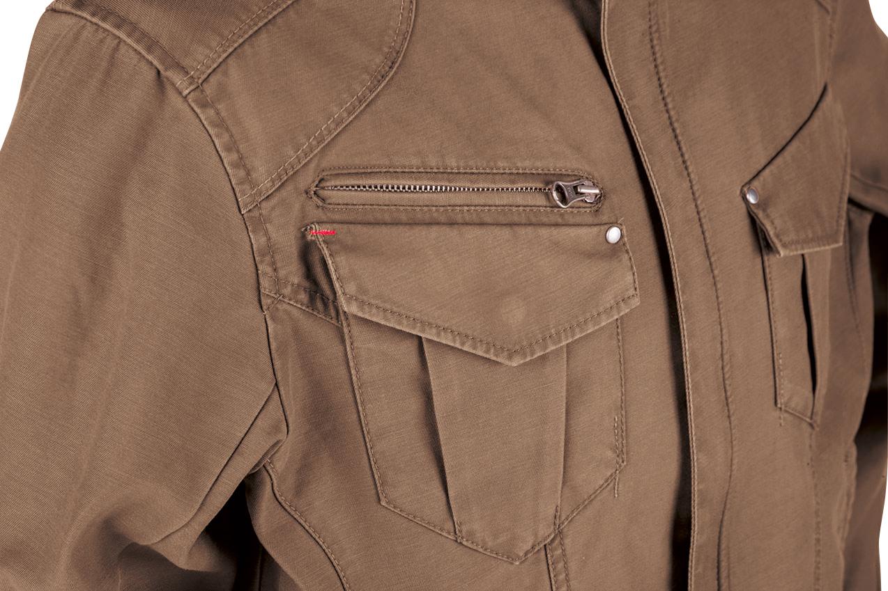 胸ポケットのフラップに施された赤糸のカン止め補強がアクセント。