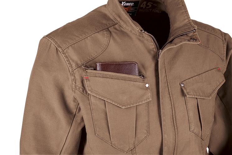 右胸には長い物もスッポリ収納できるファスナーポケットも付いています。