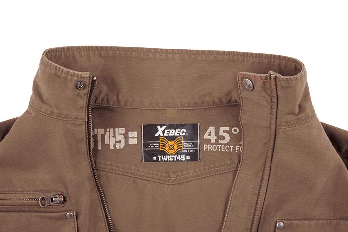 襟裏部分には「TWIST45」のカジュアルなプリントが施されています。