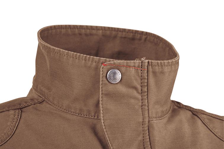 前タテや袖口には丈夫な金属ドットボタン、ポケットフラップにはリベットを使用し、こだわりのカジュアルテイストに仕上げています。