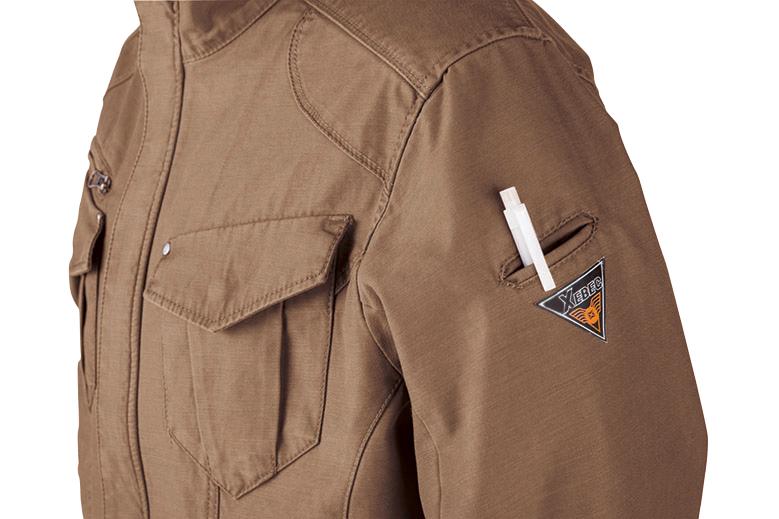 左袖には出し入れが簡単で作業の邪魔にならない便利なペン差し付き。