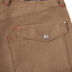 フロントボタンはジーンズと同じ上丈夫でカジュアルテイストのネオバータイプ、ファスナーは丈夫な金属ファスナーを使用。ベルトループに施した赤糸のカン止めもアクセントになっています。
