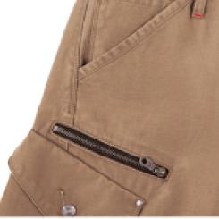 右脇カーゴパンツ上部にはファスナーポケット付き