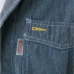 長袖ツナギ GE-105の腕ポケットにペンをしまう写真