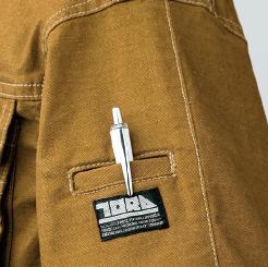 寅壱 蛇腹ライダースジャケット 3930-554  の左袖ブランドネーム付ペン差しの写真