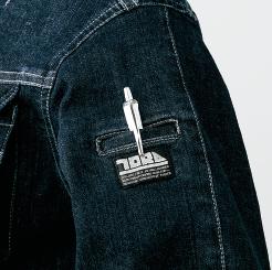 寅壱 デニム蛇腹ライダースジャケット 8930-554の左袖ブランドネーム付ペン差しの写真