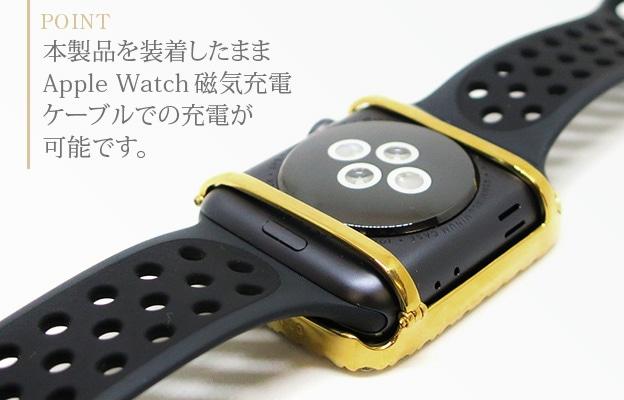 装着したままApple Watch磁気充電ケーブルでの充電が可能です。