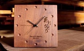 恩師やお世話になった方への贈り物には、実用的な木製時計が人気です。