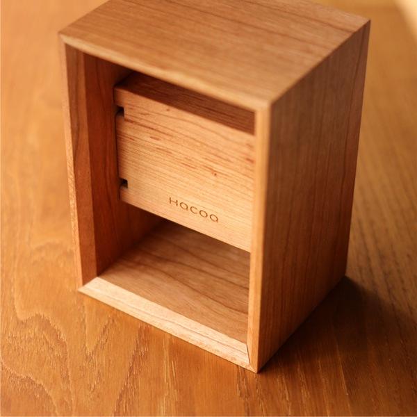 職人の技術によって美しく組まれた木製の腕時計スタンド