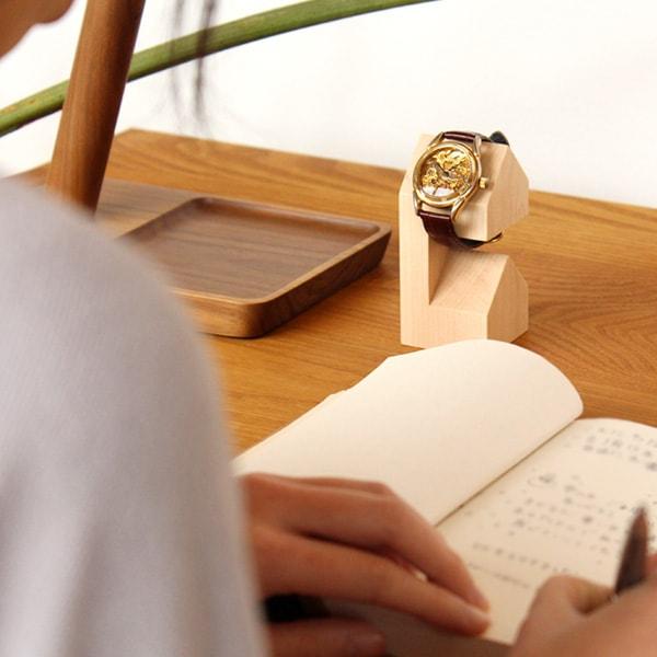 腕時計の盤面が見やすいようデザインされた家型のウォッチスタンド