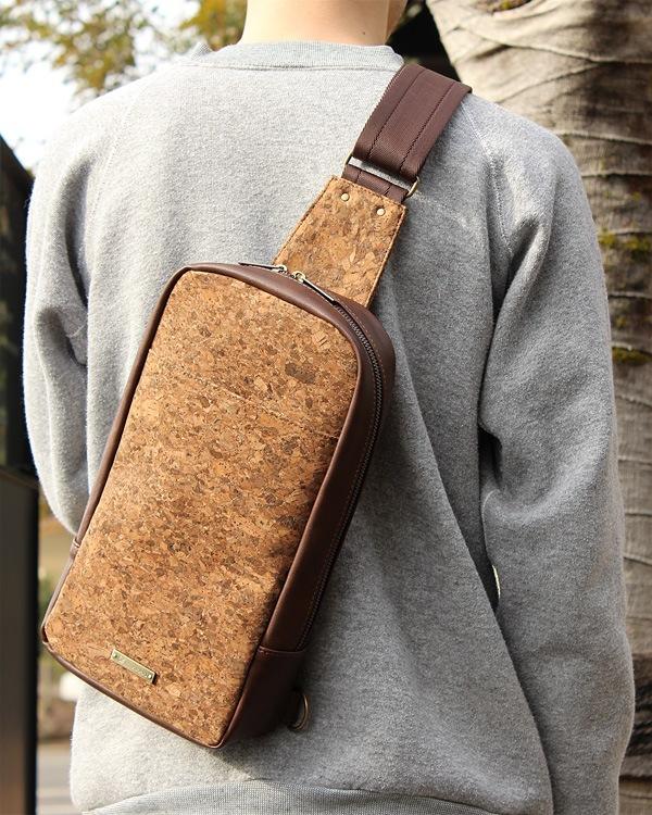コンパクトで身体にフィットするバッグ「CONNIE Cross Body Bag」