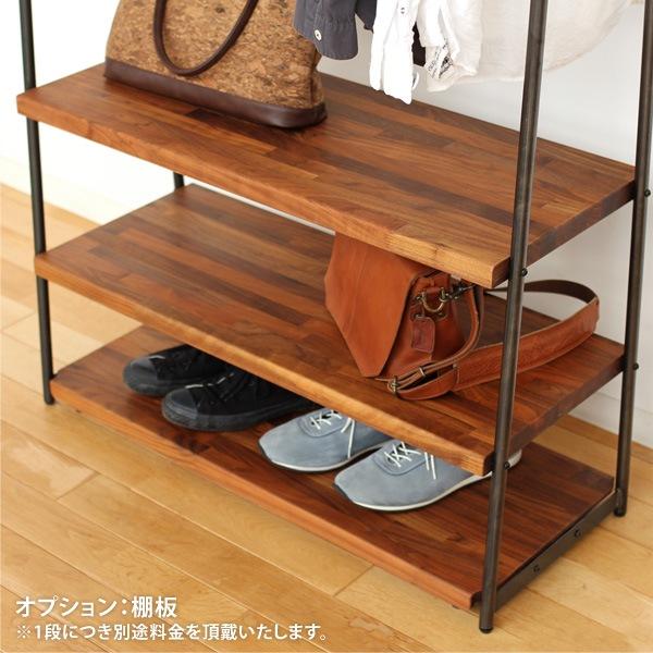 オプションの木製棚で鞄やベルトなどを収納可能