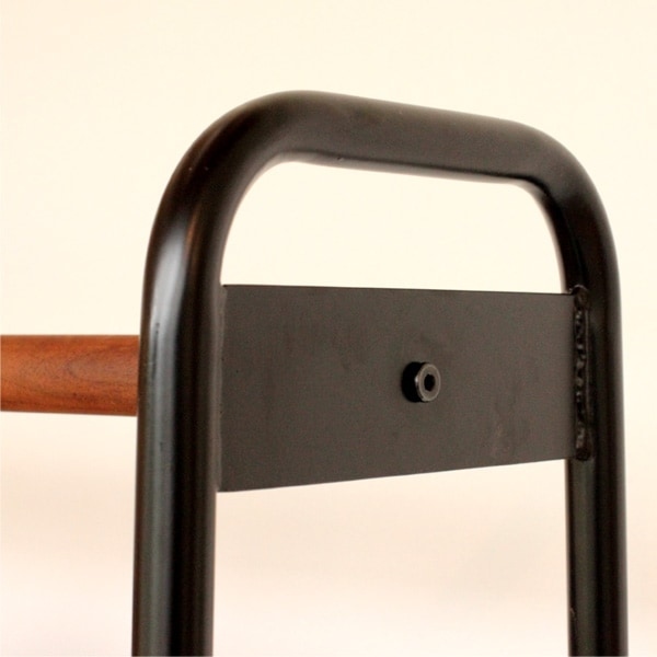 スリムなスチール製フレームを使用した木製ハンガーシェルフ・ラック