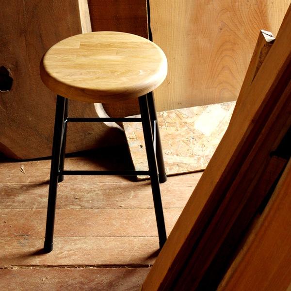 いくつもの木材を組み合わせた集成材が美しいおしゃれな木製スツール