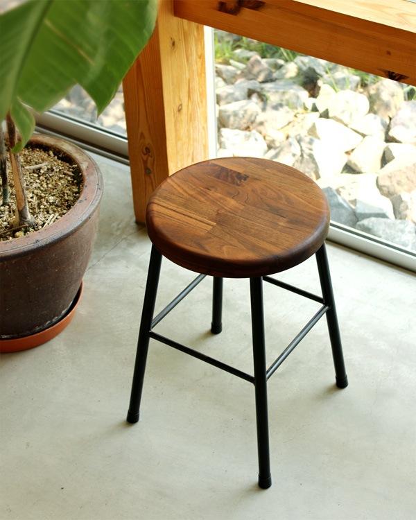アイアンと集成材を組み合わせたアンティーク風の木製スツール「PIPE STOOL」