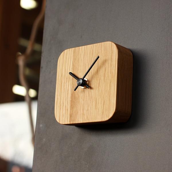 マグネットを利用して壁面に取り付け可能な北欧風の木製時計