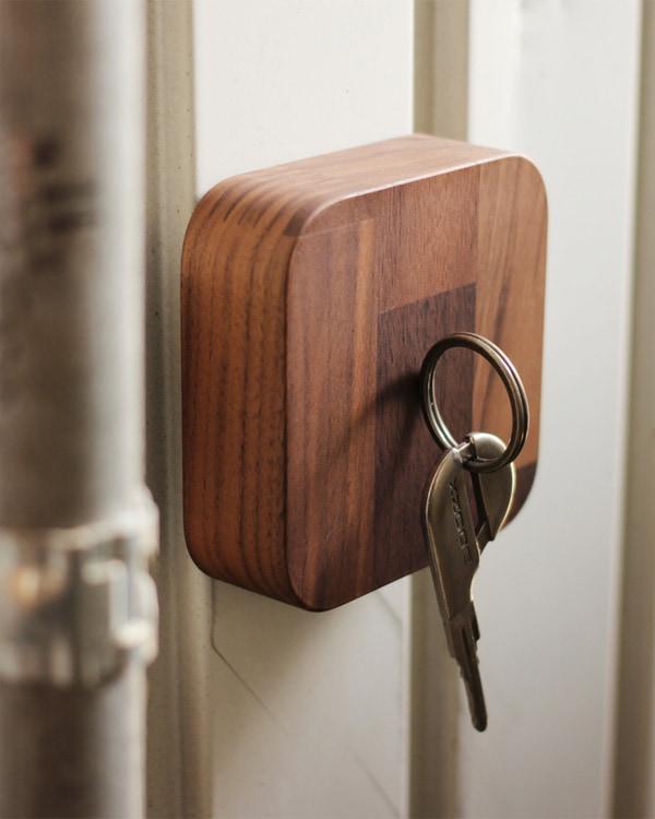 見失いがちな鍵の居場所をつくる木製キーキャッチャー。鍵の紛失防止に。