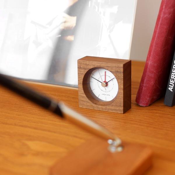 小さいながらも確かな存在感を放つ木製アラームクロック