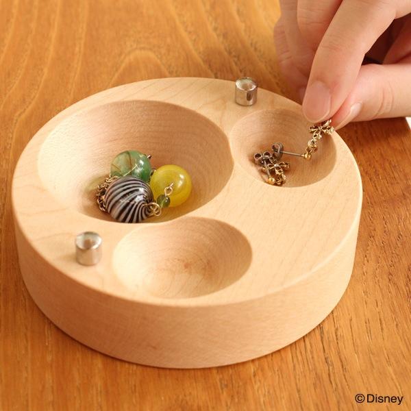 中に入った小物を摘まみやすくなるようにデザインされた、ミッキーマーク型のくぼみ