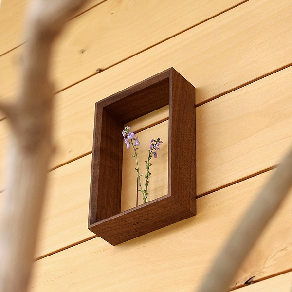 卓上・壁掛け両方で使用可能な一輪挿し。アレンジの幅が広がります