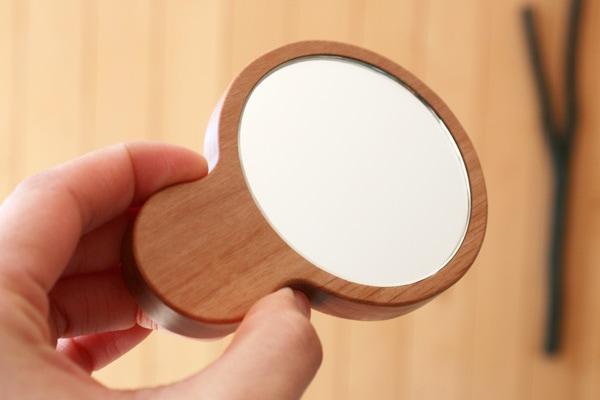 職人が磨いた木製の手鏡