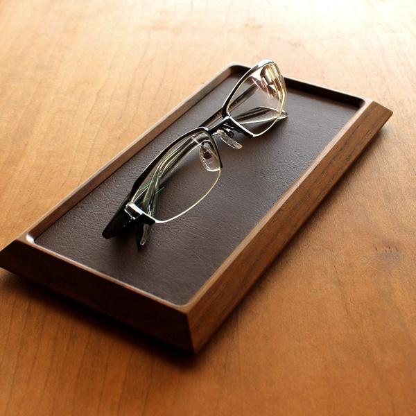 木地職人が丁寧に仕上げた重厚感あるウォールナットのトレイは大切にしている腕時計や眼鏡などの置き場所として最適です。